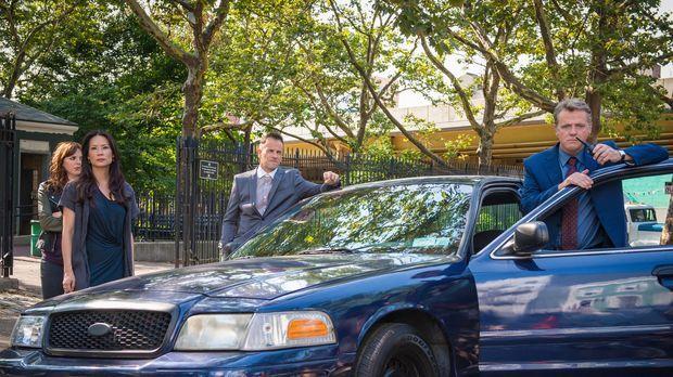 Captain Gregson (Aidan Quinn, r.), Sherlock (2.v.r.), Watson (Lucy Liu, 2.v.l...