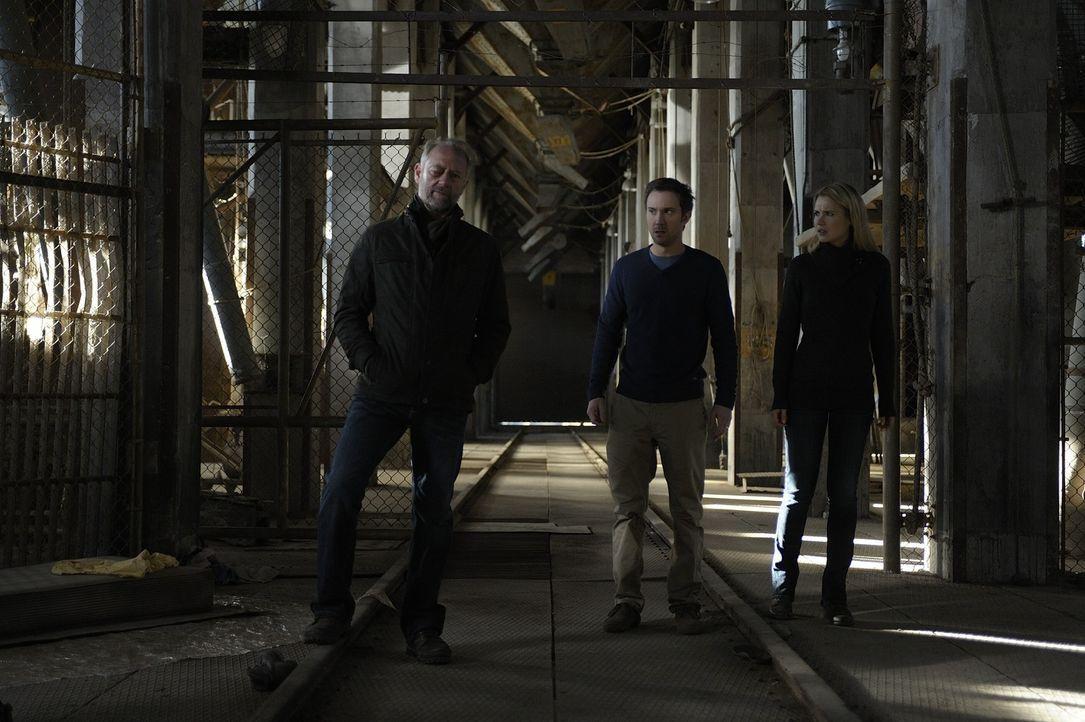 Josh (Sam Huntington, M.) und Nora (Kristen Hager, r.) werden in ihren Flitterwochen von Liam (Xander Berkeley, l.) gestört ... - Bildquelle: Phillipe Bosse 2013 B.H. 2 Productions (Muse) Inc. ALL RIGHTS RESERVED.