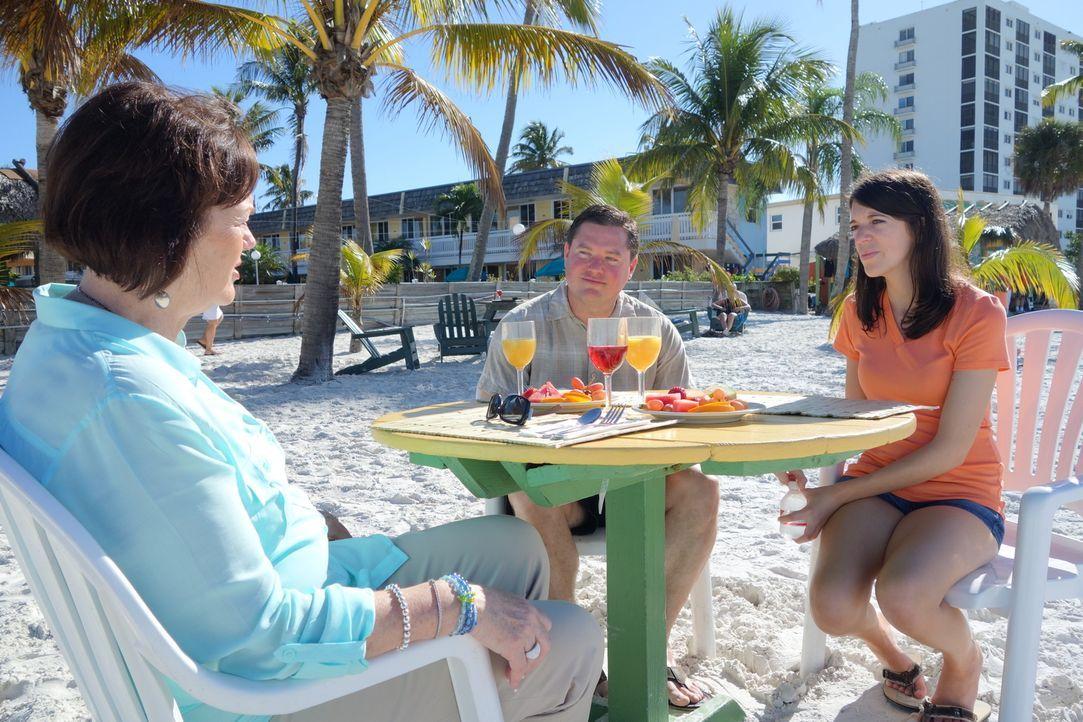 Kann Immobilienmaklerin Denise Corey (l.) dem Paar Joe (M.) und Brandi (r.) ein passendes Ferienhaus in Fort Myers vermitteln? - Bildquelle: 2014, HGTV/Scripps Networks, LLC. All Rights Reserved.