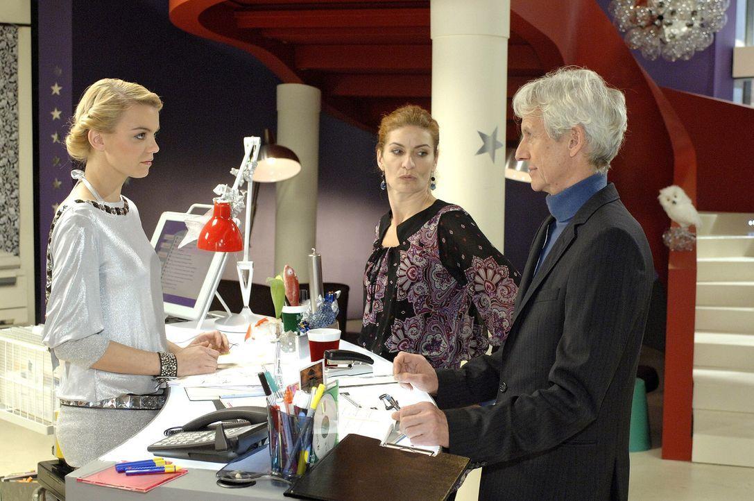 Robert (Mathieu Carrière, r.) und Natascha (Franziska Matthus, M.) sind sich ausnahmsweise darüber einig, dass die neue Mitarbeiterin Elke (Anni Wen... - Bildquelle: Oliver Ziebe Sat.1