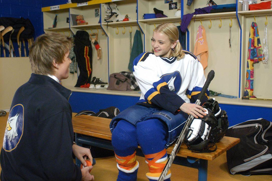 Einziger Haken des großzügigen Angebots: Katelin (Jordan Hinson, r.) muss, um ein Stipendium für die Akademie zu erhalten, im Eishockeyteam mitsp... - Bildquelle: The Disney Channel