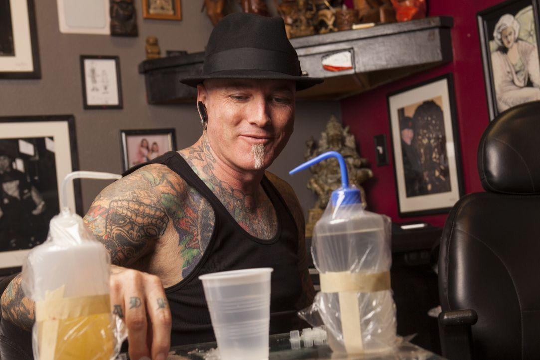 Dirk gibt immer sein Bestes, um die Welt von grausamen Tattoos zu befreien ... - Bildquelle: Richard Knapp 2014 A+E Networks, LLC