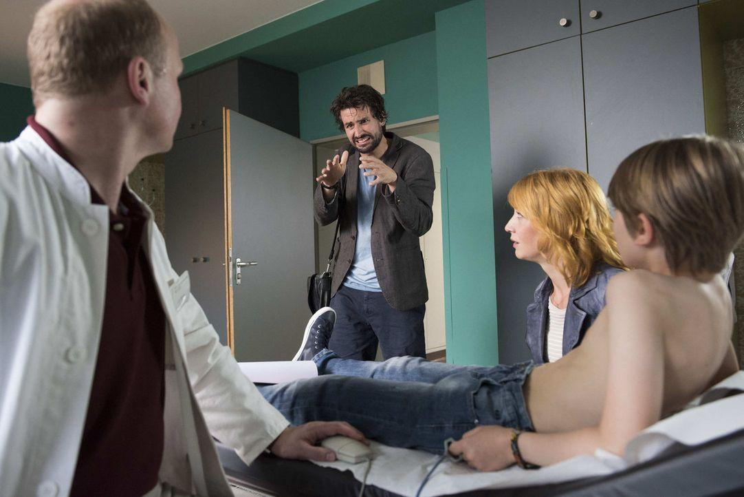 Elena (Annika Ernst, 2.v.r.), Leon (Paul Bohse, r.) und Dr. Rössler (Christian Hockenbrink, l.) sind fassungslos, als Felix (Tom Beck, 2.v.l.) urplö... - Bildquelle: Martin Rottenkolber SAT.1