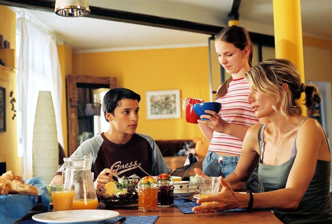 Timo (Kostja Ullmann, l.) und Nelly (Caroline Erikson, M.) haben partout keine Lust, ihren Vater auf dem Land zu besuchen. Simone (Ursula Karven, r.... - Bildquelle: Sat.1