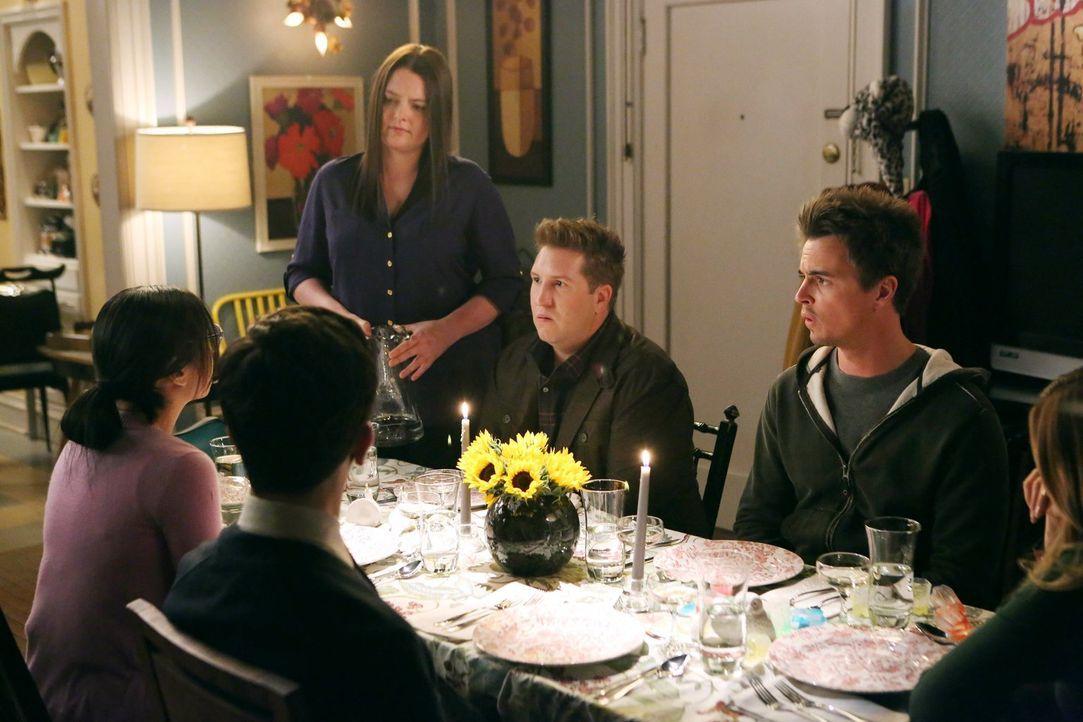 Was könnte bei Kimmies Dinner-Party schon groß schief laufen? Alles! Nicht nur Benji (Paul Rust, l.), Helen-Alice (Liza Lapira, 2.v.l.), Marika (Lau... - Bildquelle: Warner Brothers