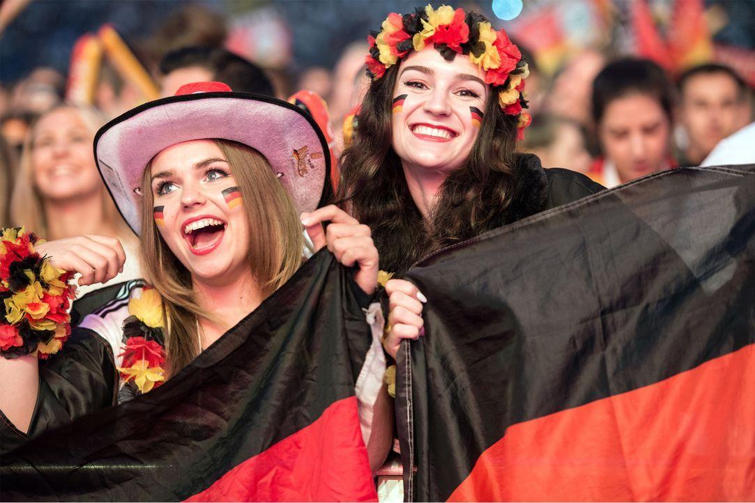 German_FanGirls_celebrating - Bildquelle: picture alliance / dpa / Boris Roessler