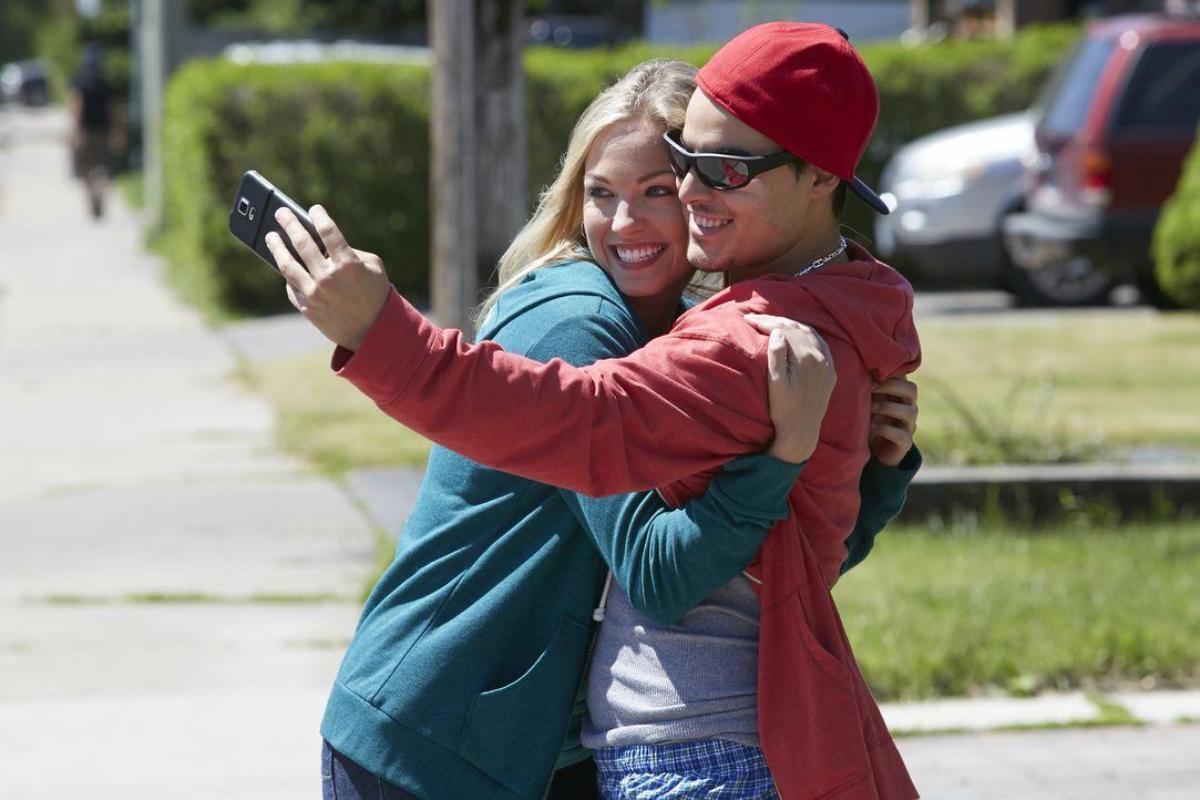 Liebesfalle: Nach einem Streit mit ihrer Oma Janet verschwindet die 16-jährige Reese Pruett (l.) aus einer Kleinstadt in Texas. Sie läuft mit ihrem... - Bildquelle: Ian Watson Cineflix 2015
