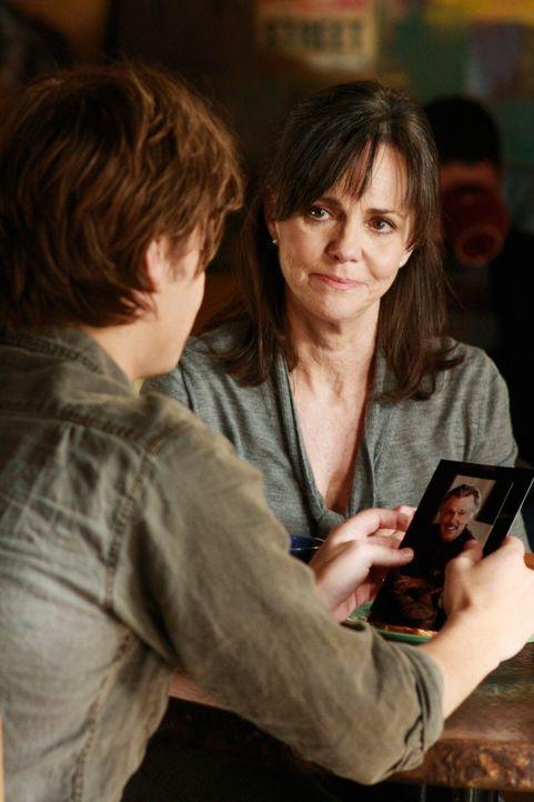 Verständnisvoll: Nora (Sally Field, r.) will Ryan Lafferty (Luke Grimes, l.) die Walker-Familie nicht vorenthalten ... - Bildquelle: 2008 ABC INC.
