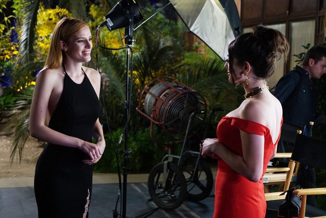 Paige (Bella Thorne, l.) hat einen großen Fehler gemacht und nun steht Jakes Zukunft auf dem Spiel. Nur Alexis (Niki Koss, r.) kann das noch ändern,... - Bildquelle: Warner Bros.