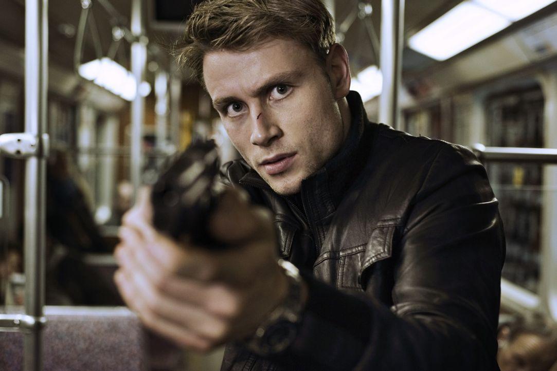 Der junge Polizeikommissar Tom Serner (Max Riemelt) hat es auf Neu-Vampirin Lena abgesehen. Und das hat nicht nur berufliche Gründe ... - Bildquelle: 2010 Constantin Film Verleih GmbH.