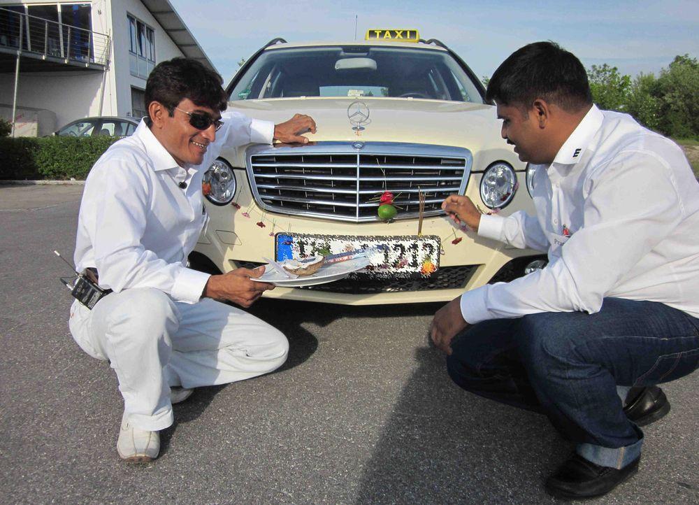 Abrar (l.) und Promod (r.) schmücken ihr deutsches Taxi wie es in ihrer Heimat in Indien üblich ist. - Bildquelle: kabel eins