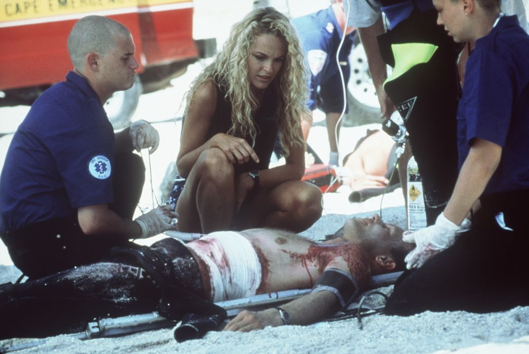 Für Samantha (Nikita Ager, M.) ein schwerer Schlag: Erneut ist ein Surfer dem Hai zu nahe gekommen ... - Bildquelle: Nu Image