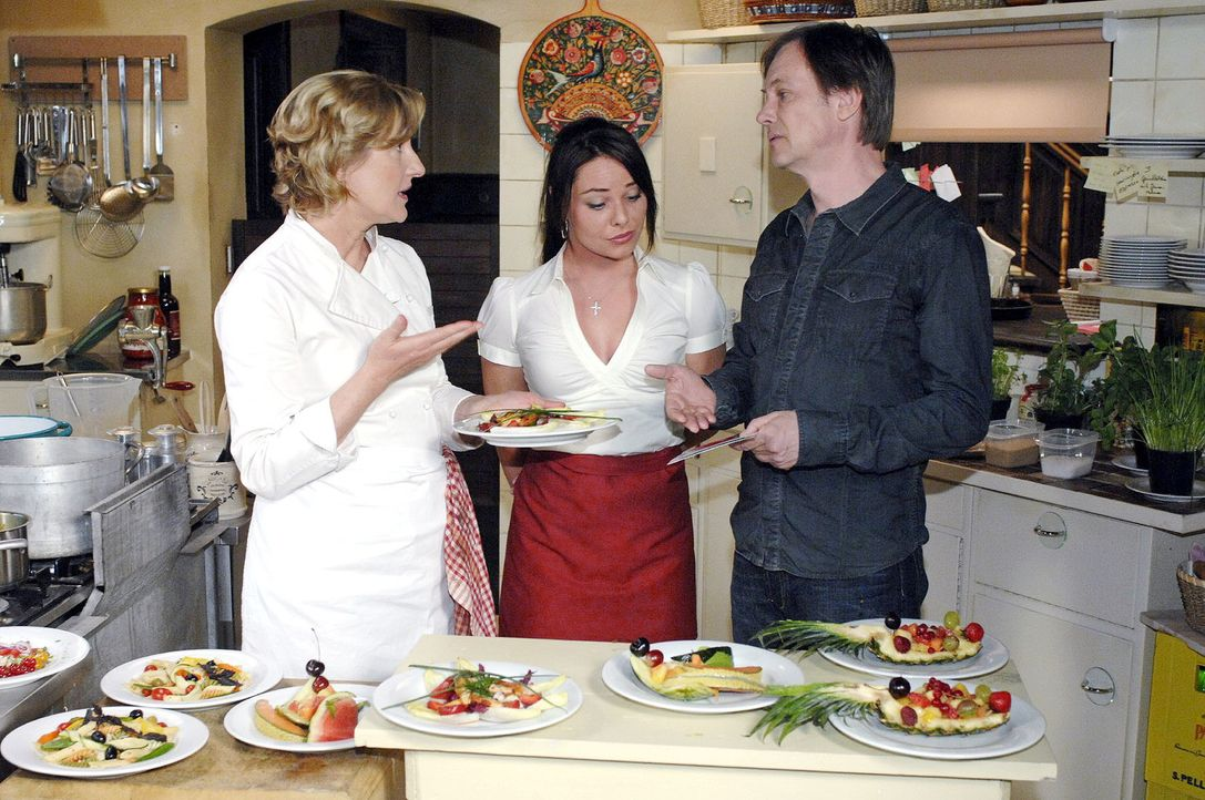 Susannes (Heike Jonca, l.) Kochexperimente finden bei Armin (Rainer Will, r.) keinen großen Anklang. Paloma (Maja Maneiro) hingegen ist angetan. - Bildquelle: Oliver Ziebe Sat.1
