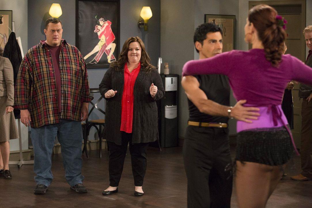 Eine Salsa-Tanzstunde der besonderen Art: Mike (Billy Gardell, l.) und Molly (Melissa McCarthy, 2.v.l.) ... - Bildquelle: Warner Brothers