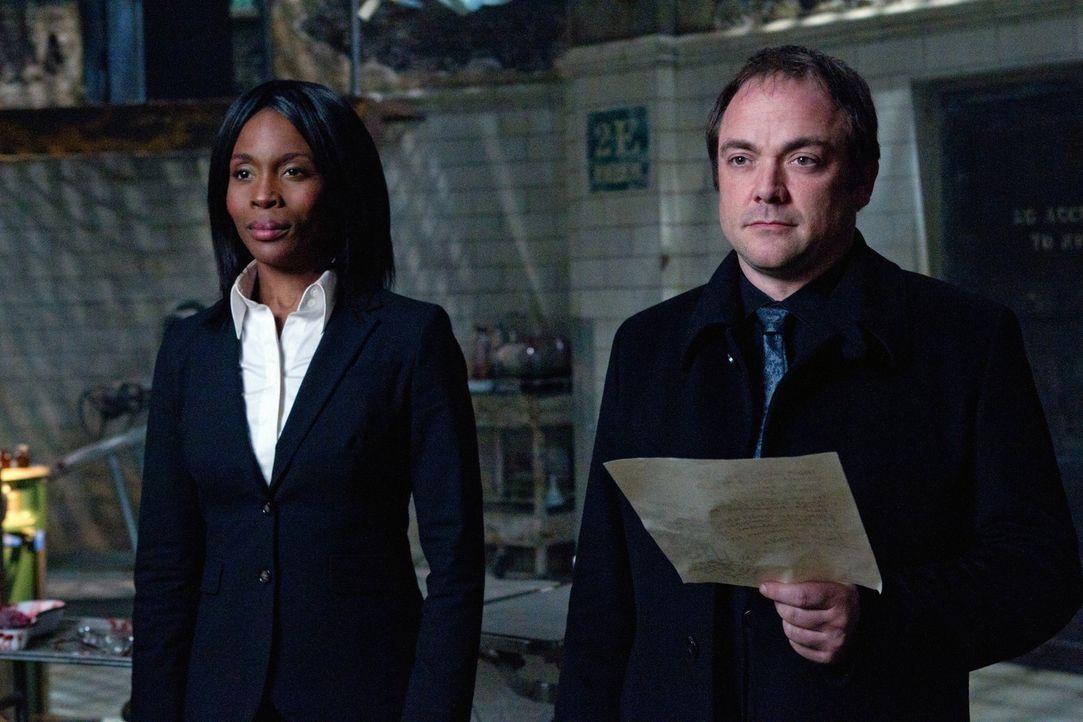 Um seine Ziele zu erreichen, stellt sich Crowley (Mark Sheppard, r.) auf die Seite, auf der er sich mehr Erfolg verspricht. Aber ist Raphael (Lanett... - Bildquelle: Warner Bros. Television