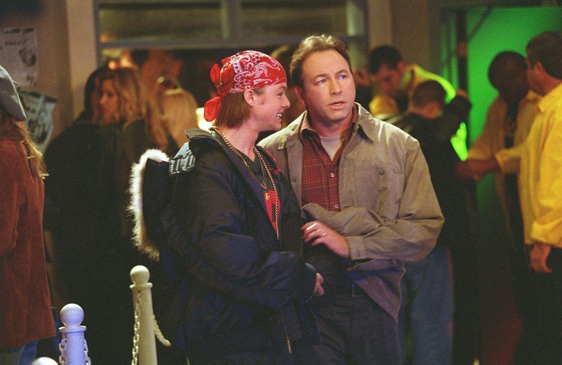 Bridget und Kerry schlagen Paul (John Ritter, r.) mit seinen eigenen Waffen ... - Bildquelle: ABC, Inc.