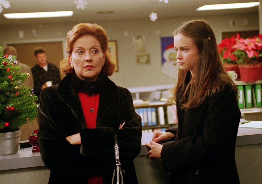 Nachdem Lorelei sich sowohl mit Emily (Kelly Bishop, l.), als auch mit Rory (Alexis Bledel, r.) zerstritten hat, wird sie nicht zum Weihnachtsessen... - Bildquelle: 2000 Warner Bros.