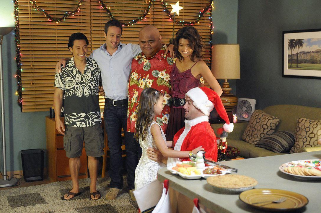 Es weihnachtet - sogar auf Hawaii: Steve (Alex O'Loughlin, 2.v.l.), Chin (Daniel Dae Kim, l.), Kono (Grace Park, r.) und Kamekona (Taylor Wily, 2.v.... - Bildquelle: TM &   2010 CBS Studios Inc. All Rights Reserved.
