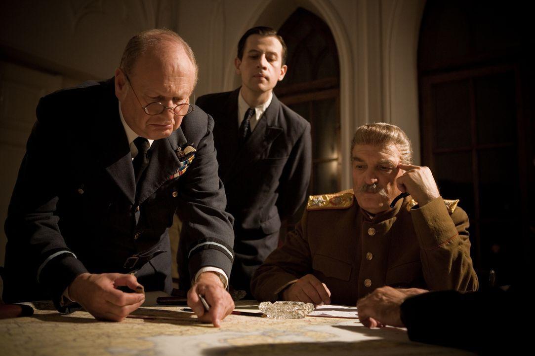 Gipfeltreffen zwischen Churchill (Paul Humpoletz, l.) und Stalin (Alexej Petrenko, r.) in Teheran. US-Präsident Winston Churchill markiert auf einer... - Bildquelle: Mateusz Skalski BBC