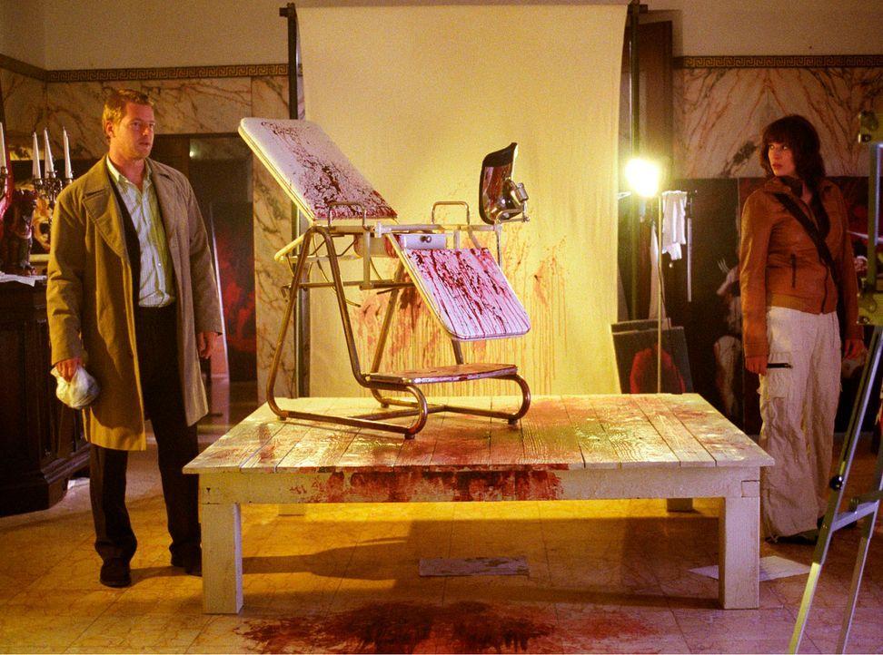 An einem Sonntagabend werden Nina (Elena Uhlig, r.) und Leo (Henning Baum, l.) von Wacker zu einem Einsatz gerufen. Die Putzfrau des Malers Arno Har... - Bildquelle: Christian A. Rieger Sat.1