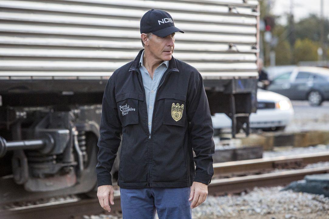 Pride (Scott Bakula) und sein Team finden an der Kleidung des bei einer Schießerei verletzten Navy Offiziers Jacoby die Fingerabdrücke eines vor Jah... - Bildquelle: Skip Bolen 2015 CBS Broadcasting, Inc. All Rights Reserved.