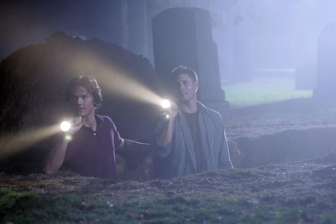 Sam (Jared Padalecki, l.) und Dean (Jensen Ackles, r.) trauen ihren Augen nicht, als sie den Geist von Angela erblicken ... - Bildquelle: Warner Bros. Television