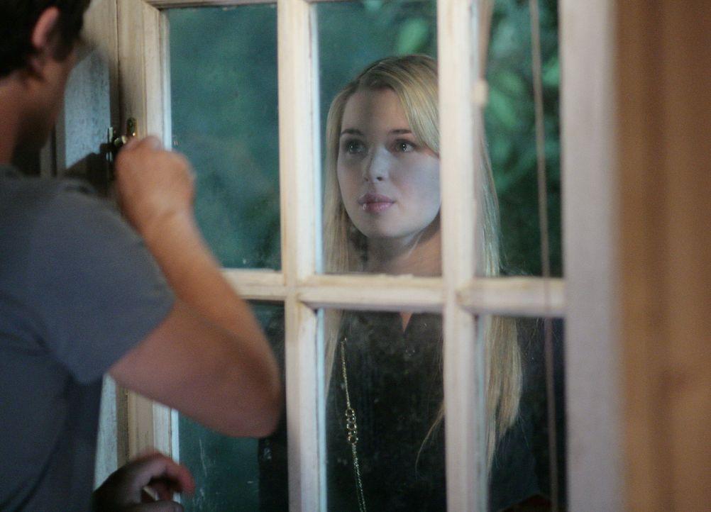 Eigentlich sollte sie auf dem Weg nach New York sein, doch mitten in der Nacht taucht Amanda (Kirsten Prout, r.) am Fenster von Kyle (Matt Dallas, l... - Bildquelle: TOUCHSTONE TELEVISION