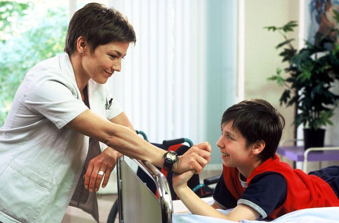 Zwischen Schwester Stephanie (Claudia Schmutzler, l.) und dem kleinen Patienten Rainer (Tom Havemann, r.) gibt es ein Geheimnis. - Bildquelle: Norbert Kuhroeber Sat.1