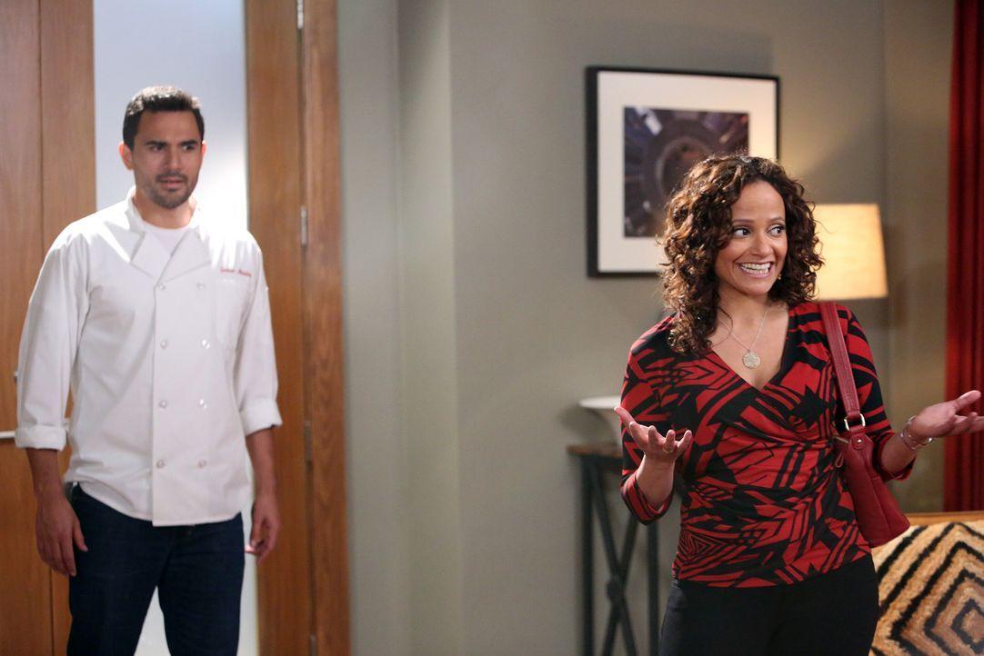 Ist es bereits zu spät, als Zoila (Judy Reyes, r.) erfährt, wer bei Javier (Ivan Hernandez, l.) putzt ... - Bildquelle: 2014 ABC Studios