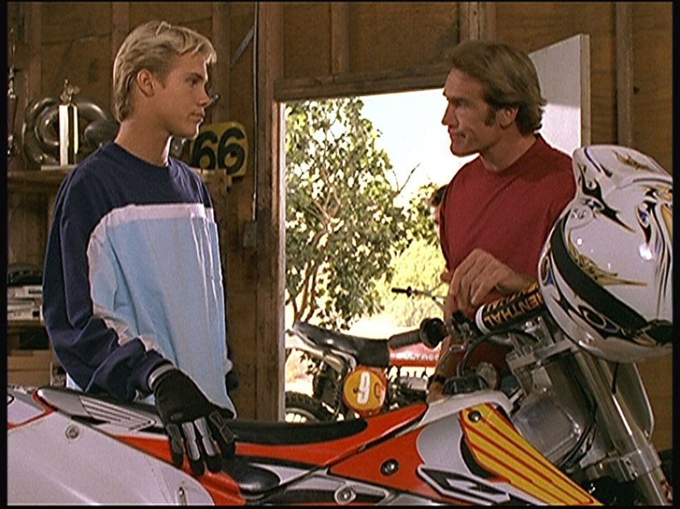 Steve (Barry Van Dyke, r.) will Jake (Carey Van Dyke, l.) unbedingt davon abhalten, den Todessprung zu wagen. - Bildquelle: Viacom