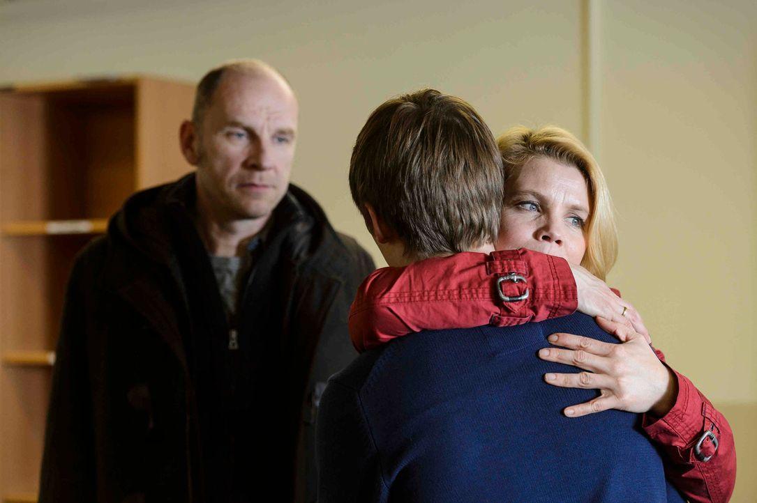 Endlich dürfen Claudia (Annette Frier, r.) und Ulli (Götz Schubert, l.) ihren 16-jährigen Sohn Daniel (Jonas Nay, M.) im Polizeipräsidium besuchen.... - Bildquelle: Willi Weber SAT.1