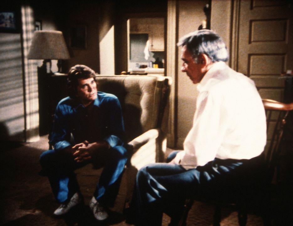 Paul Tarson (Dane Clark, r.) wird von Jonathan (Michael Landon, l.) überredet, auf der Seite der Schwachen mitzumachen. - Bildquelle: Worldvision Enterprises, Inc.