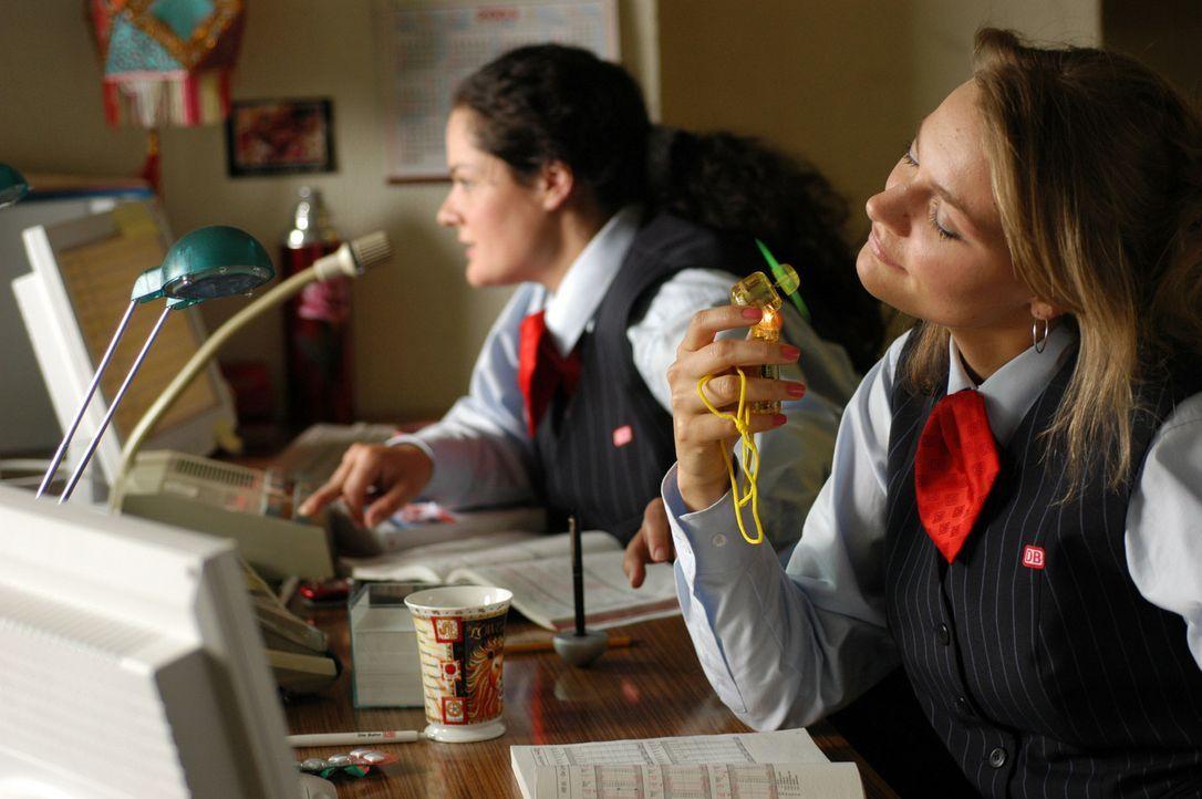 Täglich muss Alma (Katrin Filzen, l.) die einfältigen Ratschläge ihrer Kollegin Vera (Martina Hill, r.) über sich ergehen lassen. Doch dann trit... - Bildquelle: Willi Weber ProSieben