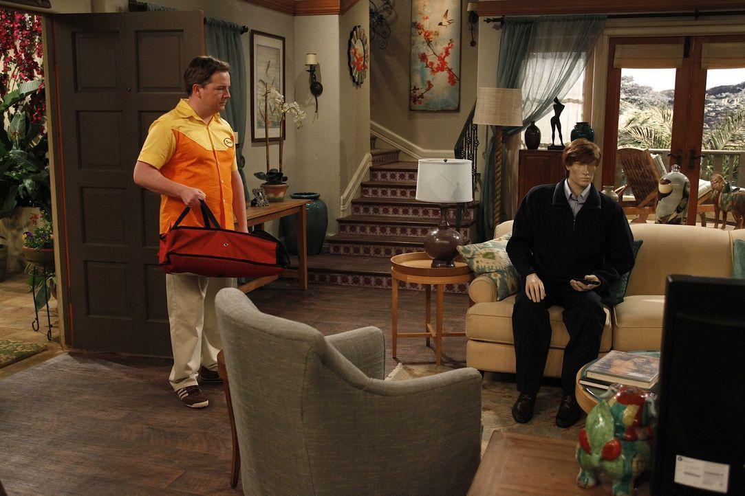 Charlies Pizzalieferant Gordon (J.D. Walsh) durchschaut Rose' Schwindel, als er eine Pizza an Rose ausliefert. Er versucht mit Andeutungen, Charlie... - Bildquelle: Warner Brothers Entertainment Inc.
