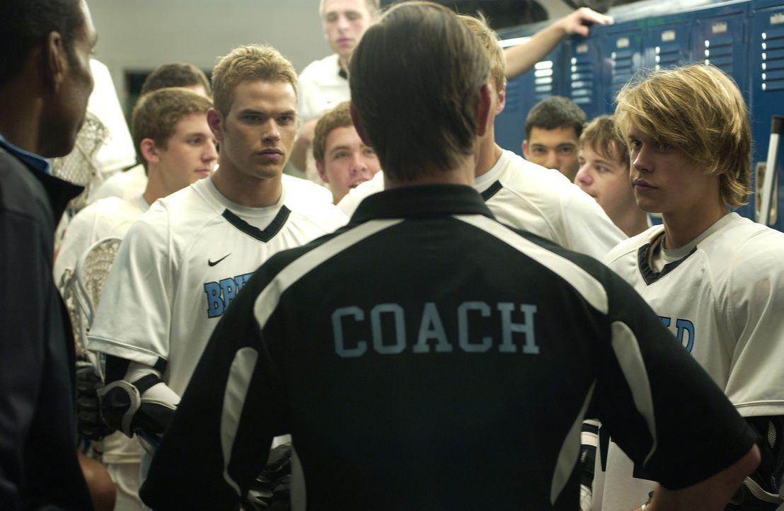 Kann der Coach die beiden Dauerstreithähne Conor (Kellan Lutz, vorne l.) und Dupree (Chord Overstreet, r.) versöhnen? - Bildquelle: 2014 Tiberius Film GmbH.