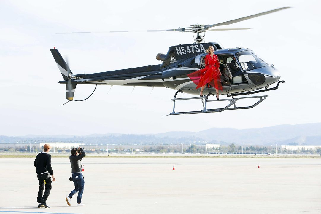 GNTM-Stf10-Epi06-Helikopter-Shooting-93-Jovana-ProSieben-Richard-Huebner - Bildquelle: ProSieben/Richard Huebner