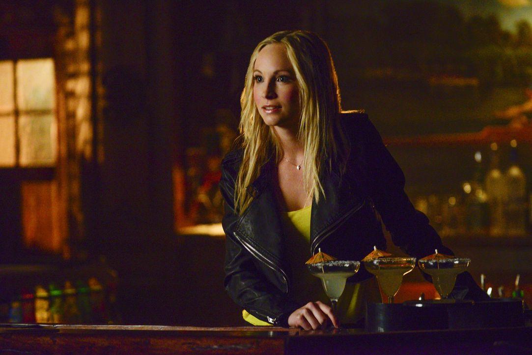 Caroline versucht den Schmerz auf ihre Weise zu verarbeiten - Bildquelle: Warner Bros. Entertainment Inc.