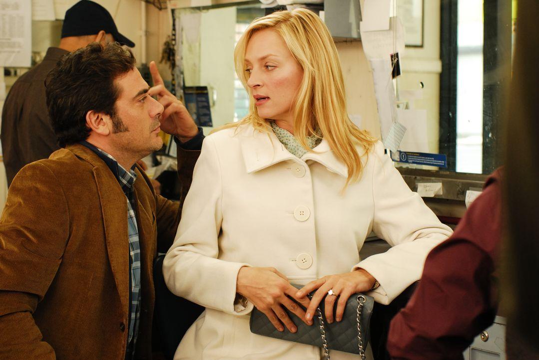 Als Emma Lloyd (Uma Thurman, r.) einer Anruferin dazu rät, ihre Hochzeit kurz vor der Trauung platzen zu lassen, bekommt sie es mit deren frustriert... - Bildquelle: 2008 Accidental Husband Intermediary, Inc. All Rights Reserved.