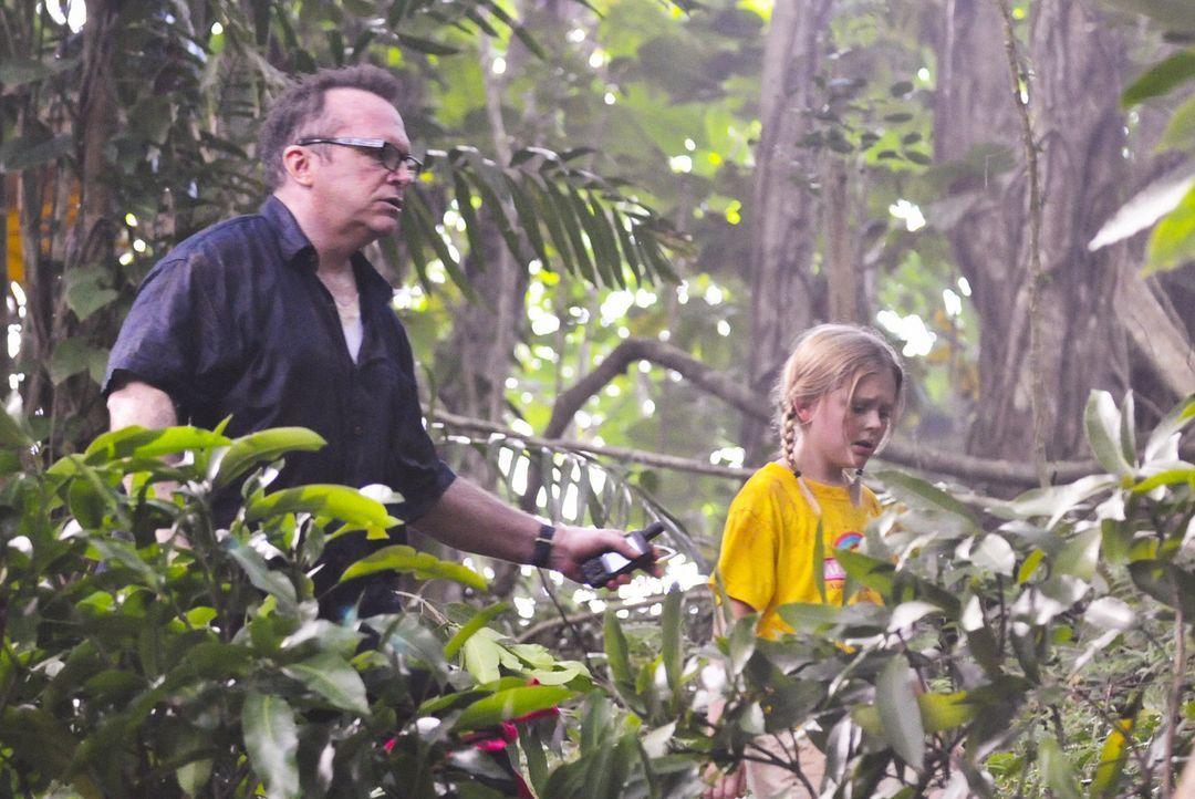 Ein Ausflug der Aloha Girls gerät zu einem Spiel um Leben und Tod, als ein bewaffneter Mann (Tom Arnold, l.) um sich schießt und anschließend Alex u... - Bildquelle: 2012 CBS Broadcasting, Inc. All Rights Reserved.