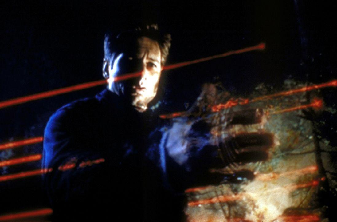 Mulder (David Duchovny) versucht mit Hilfe von Laserstrahlen, ein in den Wäldern von Bellefleur/Oregon abgestürztes Ufo zu finden. - Bildquelle: TM +   2000 Twentieth Century Fox Film Corporation. All Rights Reserved.