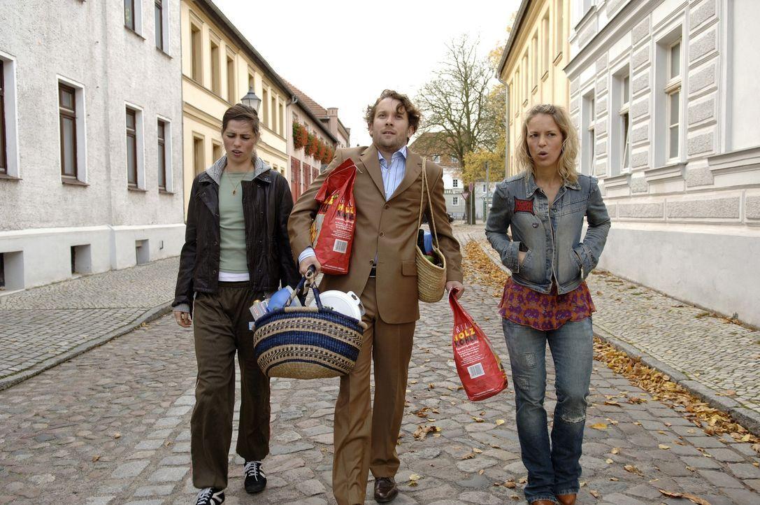 Paul (Christian Ulmen, M.) ahnt nicht, dass Anna (Nora Tschirner, l.) mit Kim (Anneke Kim Sarnau, r.) einen Trumpf im Ärmel hat ... - Bildquelle: Wüste Filmproduktion