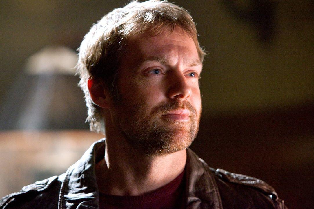 Die Suche nach den Mitgliedern der Justice Society of America führt Clark auch zu Hawkman (Michael Shanks) ... - Bildquelle: Warner Bros.
