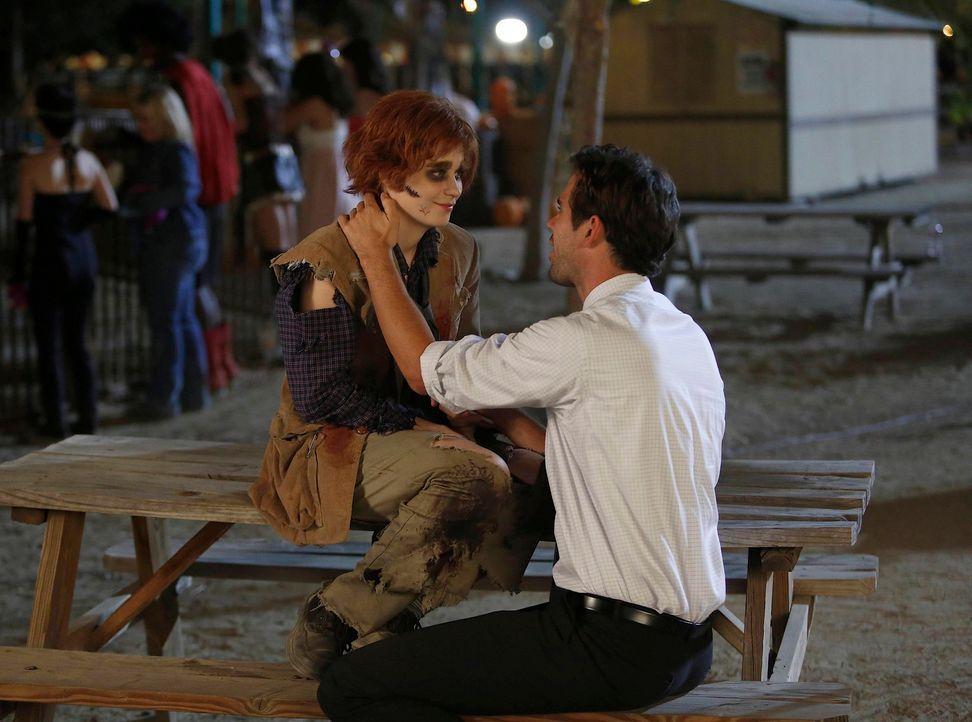 Es ist Halloween und Jess (Zooey Deschanel, l.) bekommt einen Job als Zombie in einem Geisterhaus. Doch viel beängstigender sind für sie ihre Gefühl... - Bildquelle: 2012-2013 Twentieth Century Fox Film Corporation. All rights reserved.