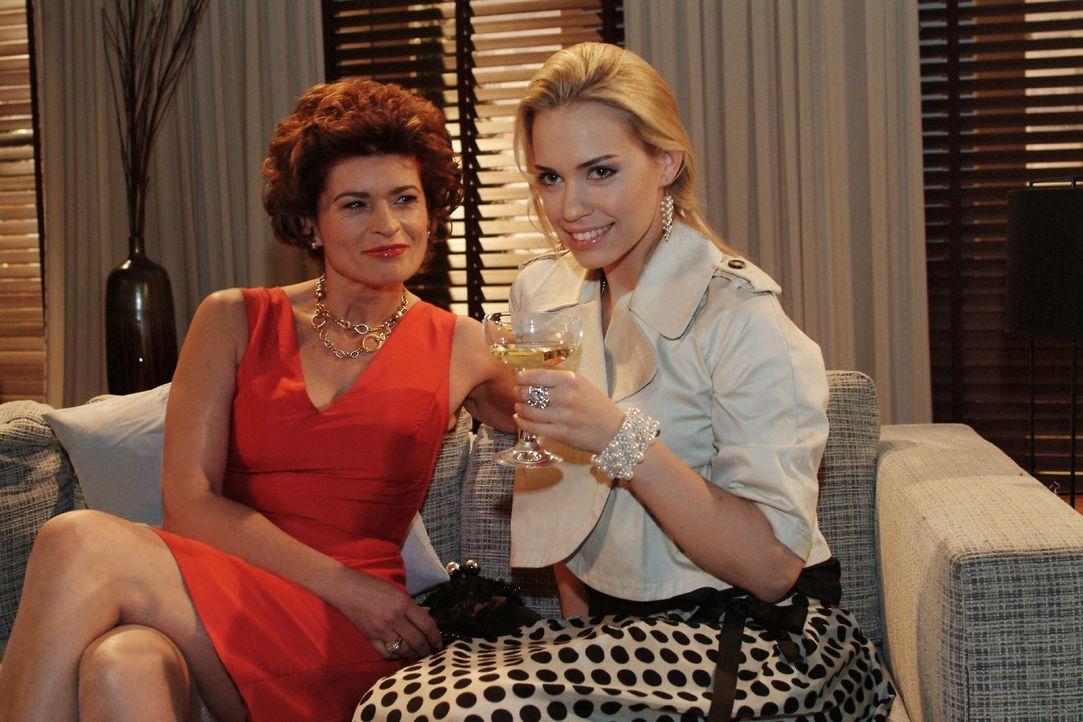 Kim (Lara-Isabelle Rentinck, r.) feiert mit Sophie (Gabrielle Scharnitzky, l.) den Triumph, dass sie erfolgreich ihr Erbe eingefordert hat. - Bildquelle: Monika Schürle Sat.1