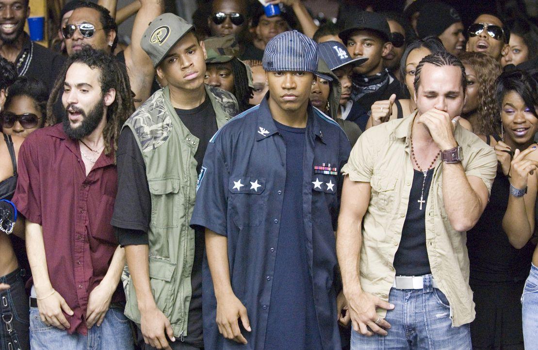 Die beiden Brüder DJ (Columbus Short, 2.v.r.) und Duron (Chris Brown, 2.v.l.) treten als vermeintliche Newcomer in einem Street Dancer-Wettbewerb an... - Bildquelle: 2007 CPT Holdings, Inc. All Rights Reserved. (Sony Pictures Television International)