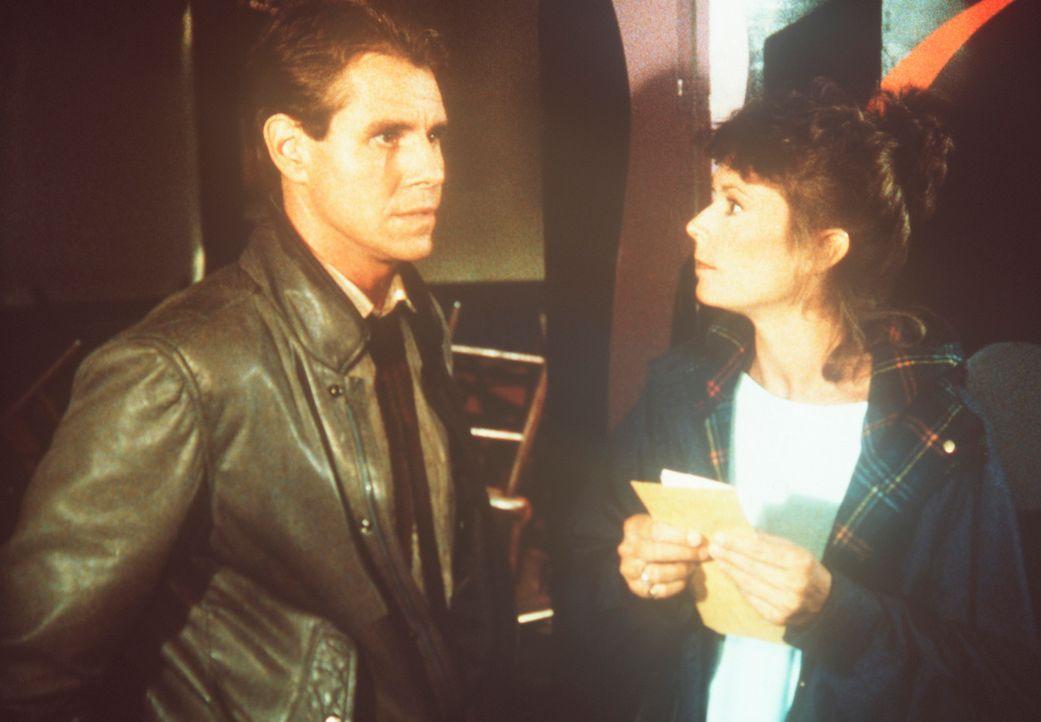 In den Hinterzimmern einer Bar trifft Amanda (Kate Jackson, r.) den zwielichtigen Geheimdienst-Informanten Augie (Louis Welch, l.). - Bildquelle: CBS Television