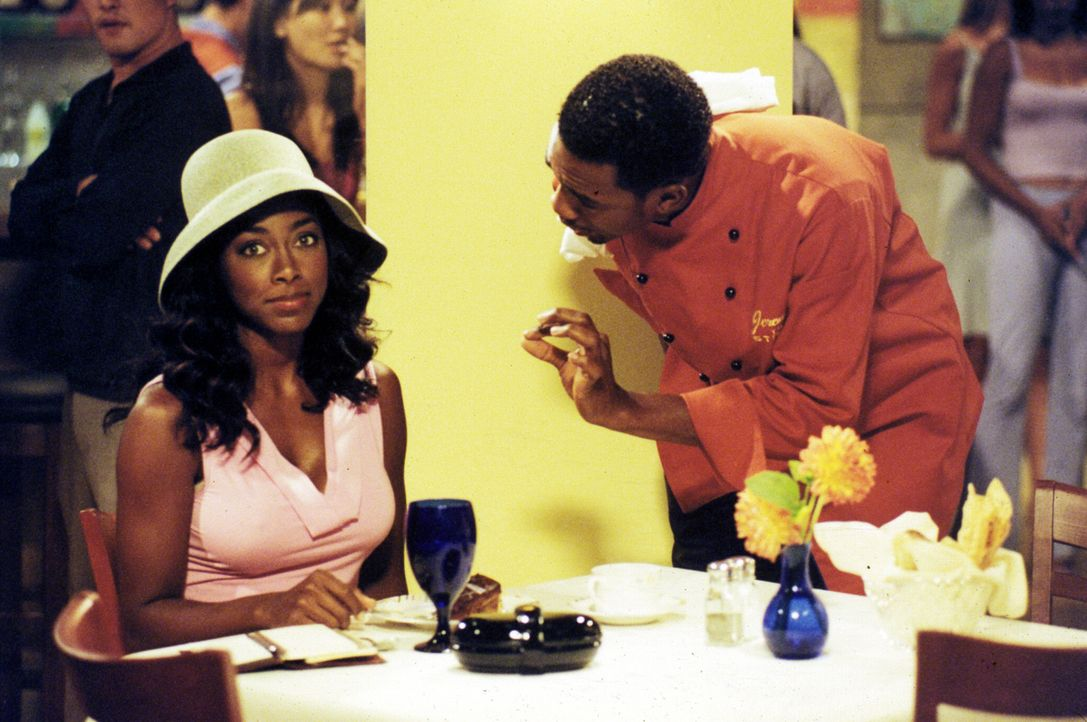 Restaurantkritikerin Carmen (Kenya Moore, l.) sorgt im 'Strand', dem Restaurant, in dem Jeremiah (Bill Bellamy, r.) kocht, für Aufregung. Nicht nur... - Bildquelle: Paramount Television