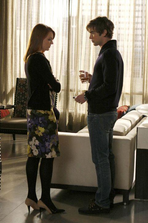 Nate (Chace Crawford, r.) bestätigt Maureen (Holley Fain, l.), dass Tripp eine Affäre mit Serena hat. - Bildquelle: Warner Brothers