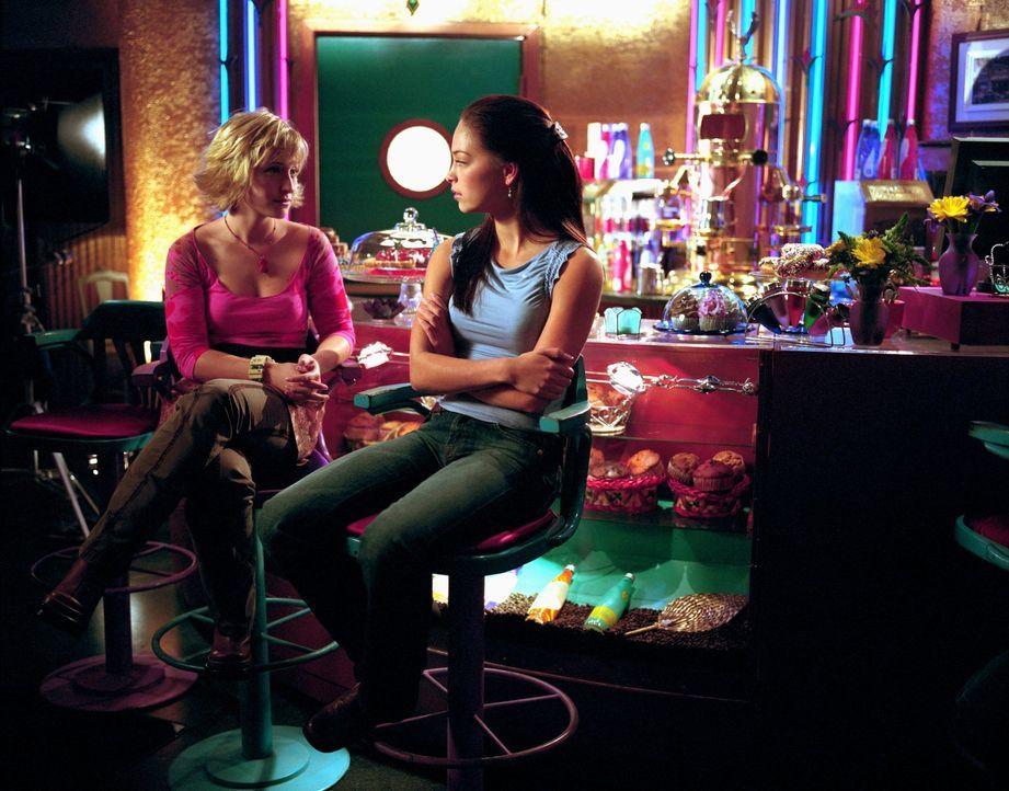Chloe (Allison Mack, l.) und Lana (Kristin Kreuk, r.) sind sich sicher: Ian hat ein Geheimnis ... - Bildquelle: Warner Bros.