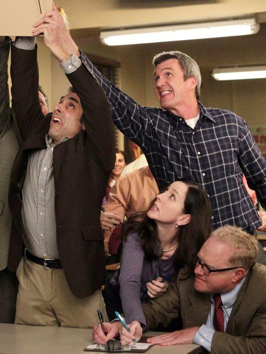 Als Frankie nicht zum Elternabend von Bricks Schule kommen kann, muss Mike (Neil Flynn, hinten r.) für sie einspringen. Doch er hat nicht damit gere... - Bildquelle: Warner Brothers